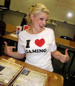 Lessa Randall, uma ávida jogadora de RPG. Fonte: http://underthelaughingmoon.blogspot.com.br/2010/05/interview-laughing-moon-girl-lessa.html